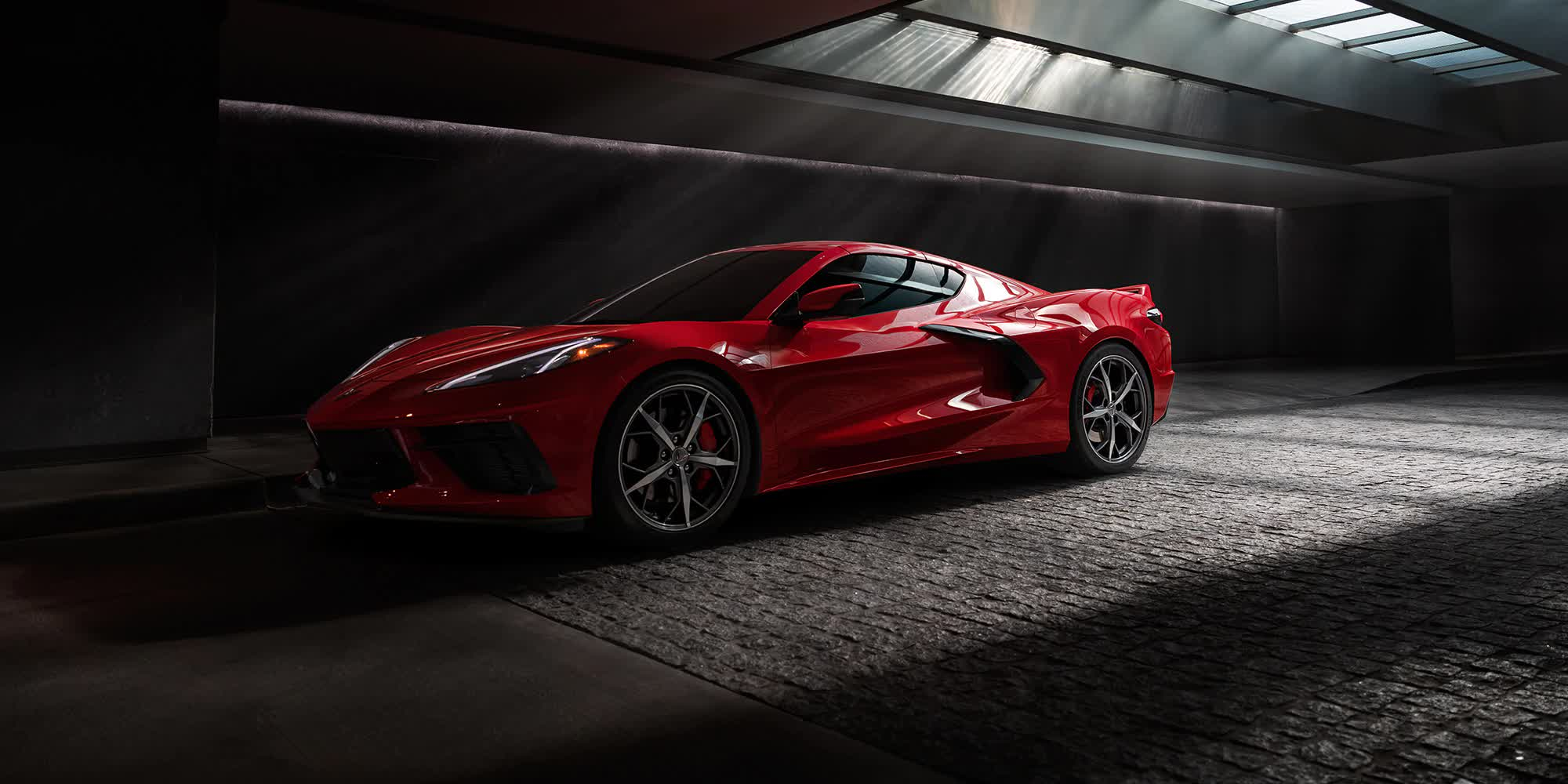 Corvette-c8-stingray-rossa-2020-auto-sportiva-a-motore-centrale-disponibile-con-allestimento-coupe-e-convertible-in-esclusiva-presso-gruppo-cavauto-a-Monza.jpg