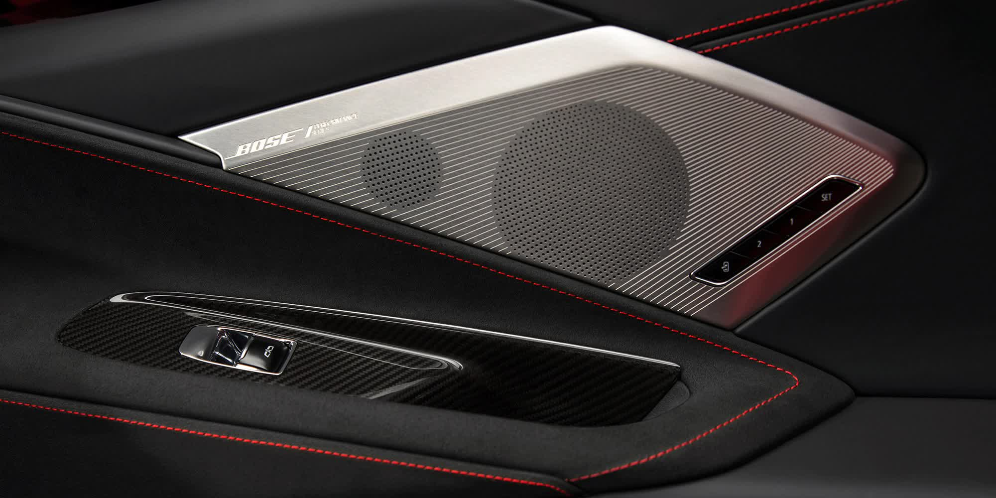 dettaglio-altoparlanti-sulle-portiere-Corvette-c8-stingray-2020-auto-sportiva-a-motore-centrale-disponibile-con-allestimento-coupe-e-convertible-in-esclusiva-presso-gruppo-cavauto-a-Monza.jpg