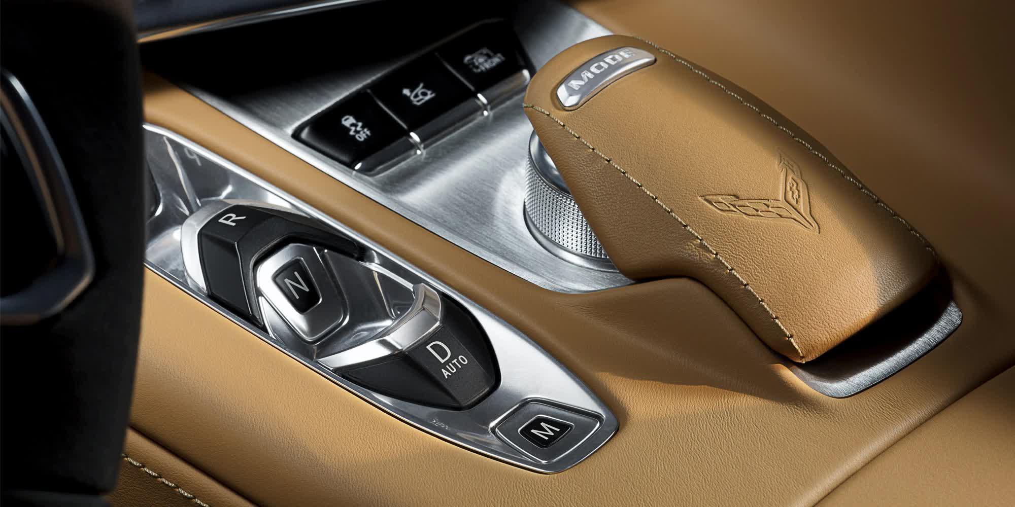 dettaglio-cambio-con-logo-Corvette-c8-stingray-2020-auto-sportiva-a-motore-centrale-disponibile-con-allestimento-coupe-e-convertible-in-esclusiva-presso-gruppo-cavauto-a-Monza.jpg