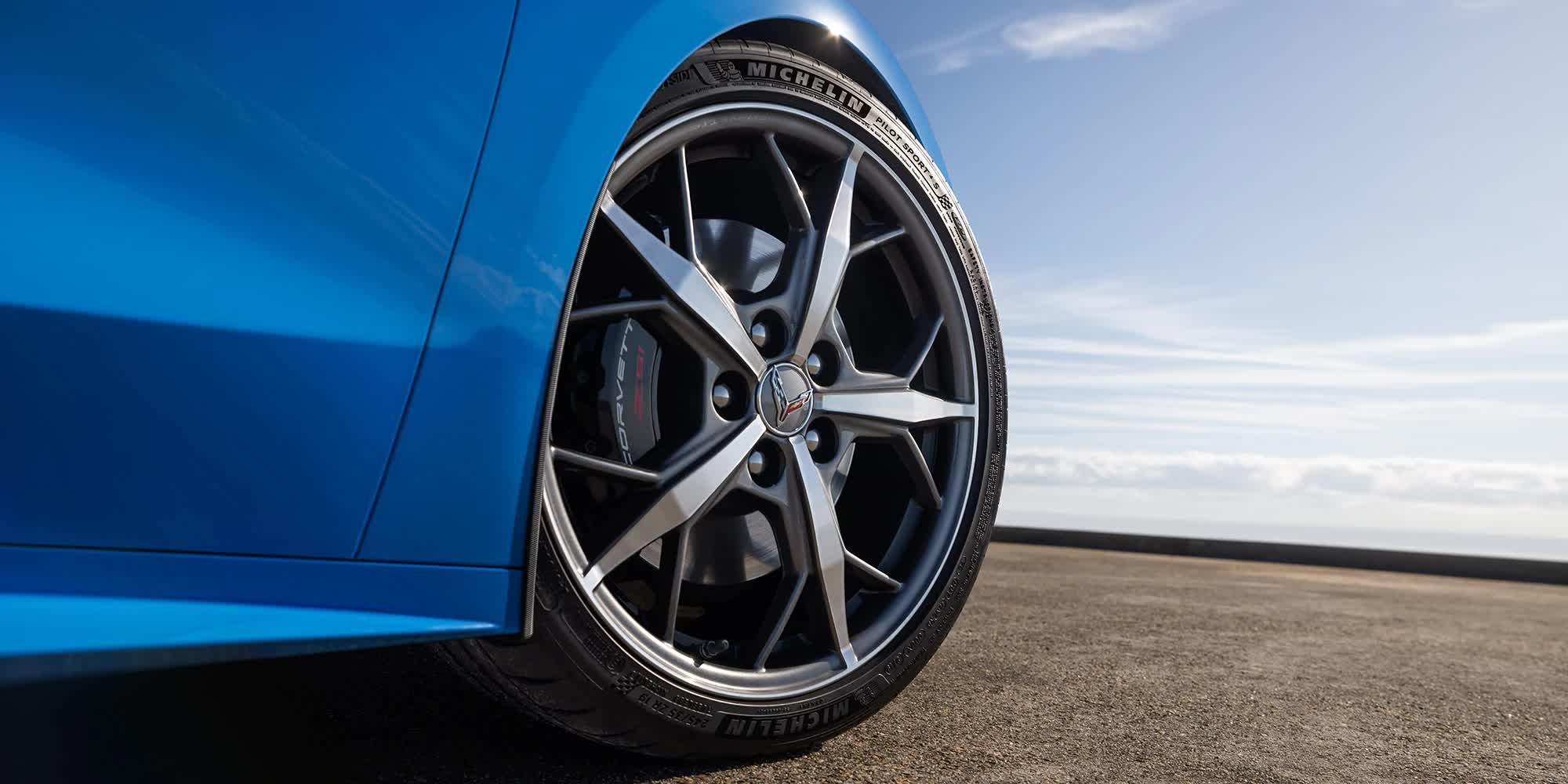 dettaglio-cerchio-razze-Corvette-c8-stingray-2020-blu-auto-sportiva-a-motore-centrale-disponibile-con-allestimento-coupe-e-convertible-in-esclusiva-presso-gruppo-cavauto-a-Monza.jpg