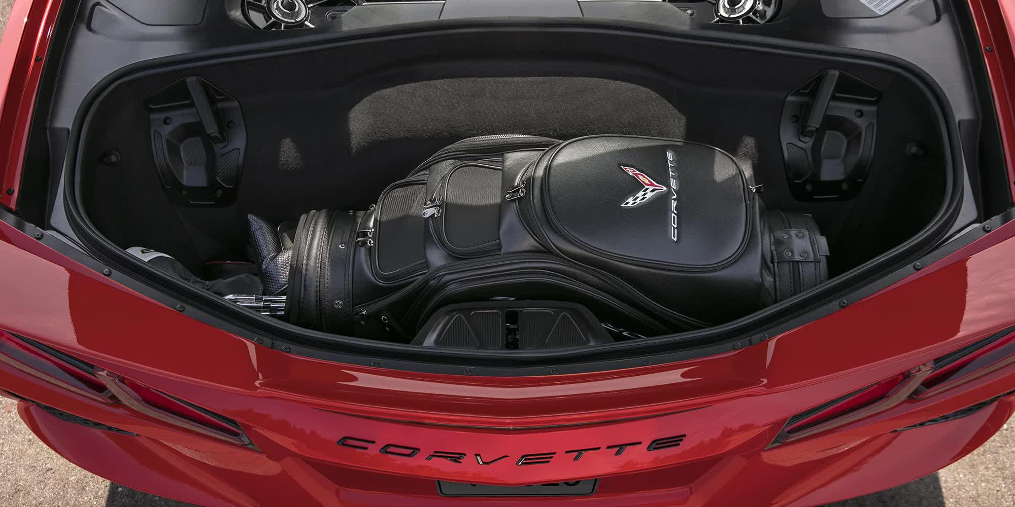dettaglio-motore-dentro-Corvette-c8-stingray-rossa-2020-auto-sportiva-a-motore-centrale-disponibile-con-allestimento-coupe-e-convertible-in-esclusiva-presso-gruppo-cavauto-a-Monza.jpg